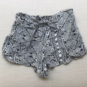 🌿3/$20 Urban Outfitters front tie geometric short